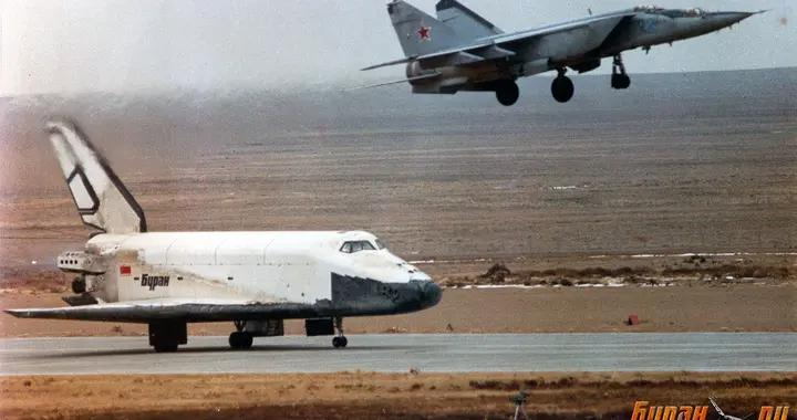 开战斗机追踪过航天飞机的飞行员如何评价 Su-57和F-35