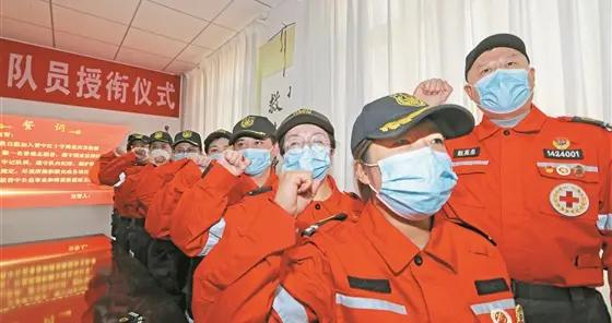 10名志愿者在抗疫一线宣誓入队