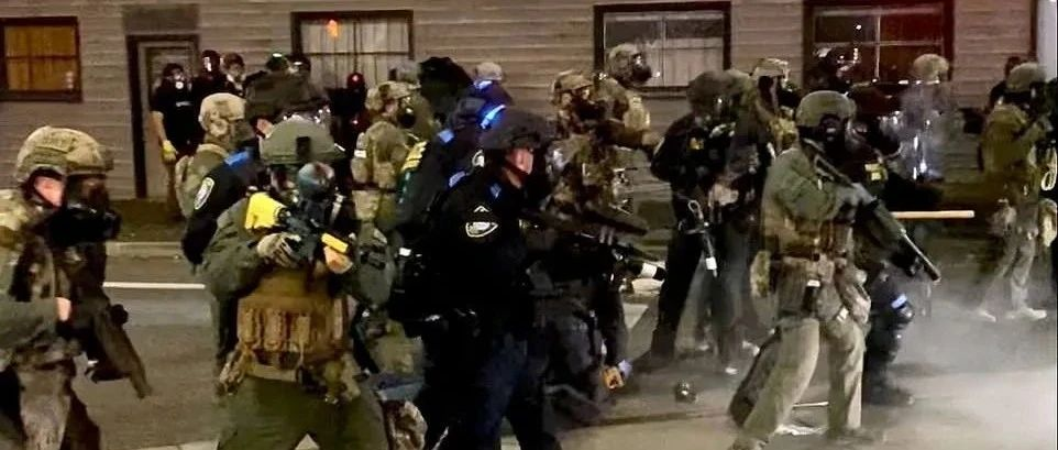 废除驱逐! 警察投掷催泪瓦斯!