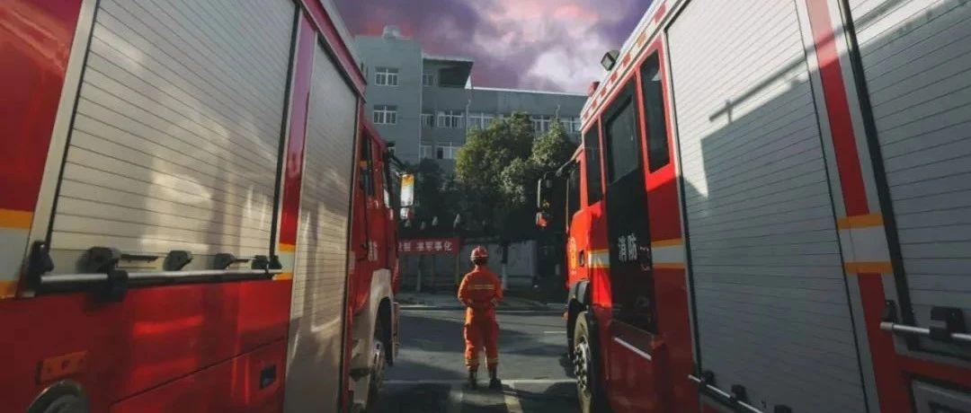 消防车被拦小区门口,消防员无奈动手抬杆,物业回应让人捉摸不透