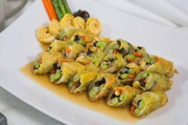 美食精选:清炖牛肉汤、凉拌银耳、彩椒炒虾仁、糖醋白菜卷
