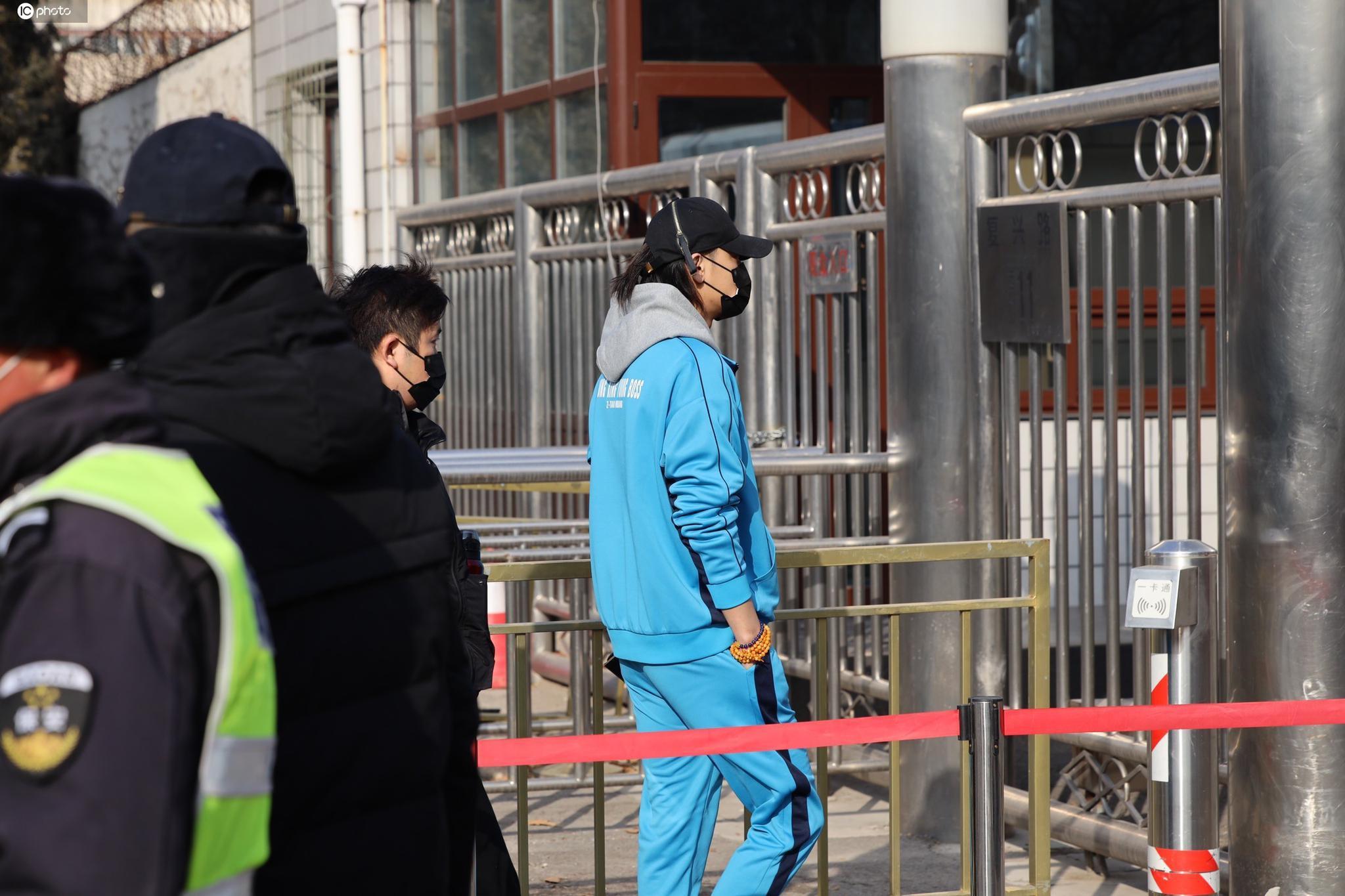 黄子韬穿一身蓝色运动服现身,头戴鸭舌帽,十足的休闲范儿