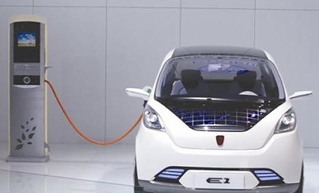 """道路上堵车严重,新能源车主贴横幅""""炫耀"""",惹怒众燃油车司机"""