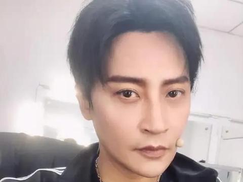 49岁陈志朋瘦身成功,晒照秀出A4腰,褪去中年油腻,秒变魅力熟男