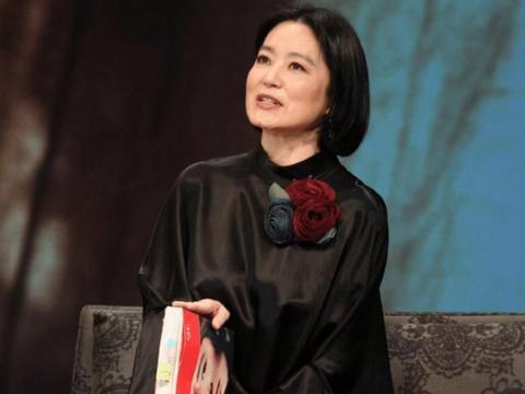 林青霞也不得不服老,短发太显脸搭,笑容美丽但藏不住皱纹