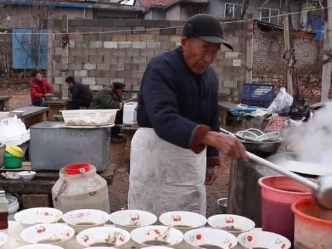 山东大爷露天卖馄饨33年,有人从2毛吃到5元,用手抓一把就是一碗