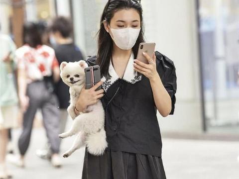 戴眼镜的苗条女孩真会穿,黑色短袖搭配百褶裙,又酷又拉