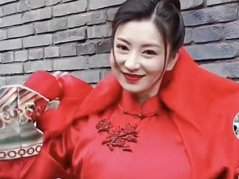 37岁的沈眉庄穿着红色嫁衣,嘴唇苍白,被网友形容像鬼片