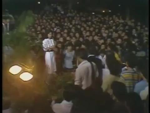 邓丽君83年露天献唱《我和你》,歌声婉转悠扬,太好听
