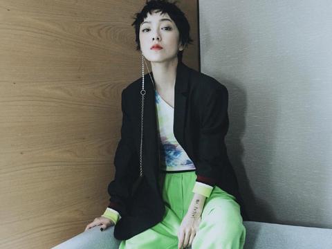 郭采洁真厉害!穿黑色西服搭配绿色阔腿裤高级时髦,美出了新境界