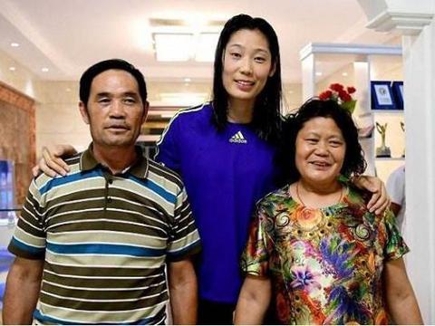 世界第一女排球员朱婷,成功后为家乡修路,邻居坦言:朱婷很孝顺