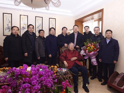 陕西中医药大学附属医院班子成员看望国医大师张学文教授