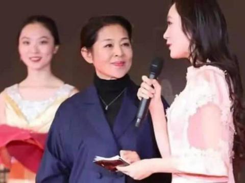 61岁的倪萍优雅大气,穿蓝色松垮西装高级显瘦,挽袖子尽显小心机