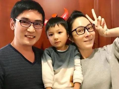 焦恩俊二婚娇妻忙捞金,50岁依旧美艳动人,与老公各玩各互不干涉