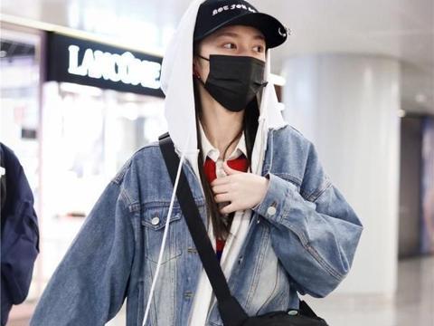 傅菁现身机场,牛仔外套配条纹T恤,美得像20岁少女