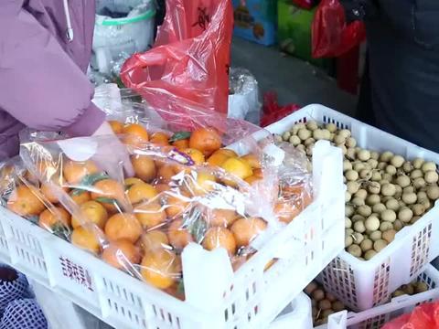 农村小房子买鸡肉吃,媳妇买7种水果,小房子说了啥?逗笑老板娘