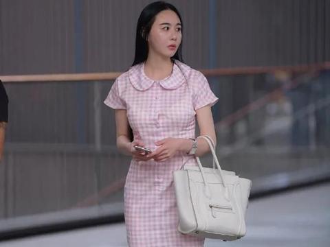 粉色时尚连衣裙,搭配白色尖头高跟鞋,尽显出文雅女生的青春美