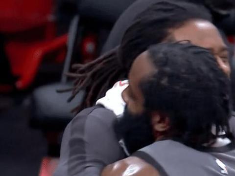 篮网仅丢85分,狂轰15-0瞬间结束悬念,队友拥抱最大功臣