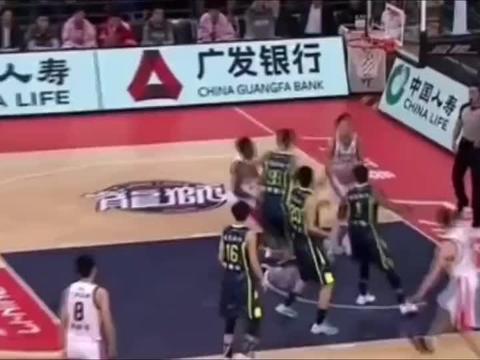 篮球世界:被对手隔扣挑衅,易建联立马回击,硬气十足!