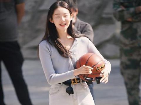 张艺凡穿牛仔裤打球,低头看她脚上穿的鞋,网友:还算是对篮球尊重