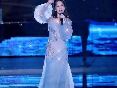 李沁的衣品很在线,穿雾霾蓝连衣纱裙气质清新淡雅,美得像个仙子