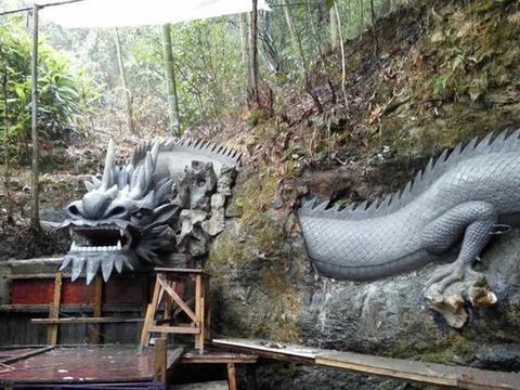 农民工回老家建房,在后院修起了巨龙,花费不到千元!