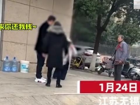 江苏一男子当街下跪磕头要钱,自扇耳光