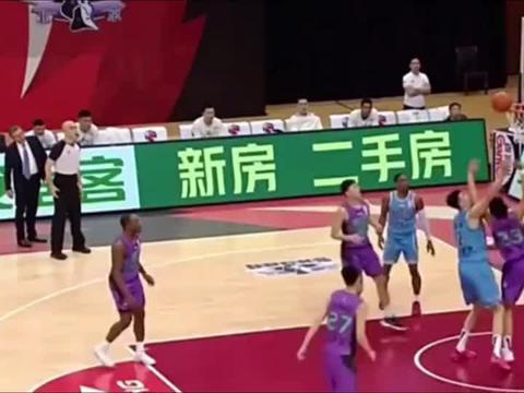 篮球世界:争抢篮板,李慕豪牙齿被打掉,太疼了!