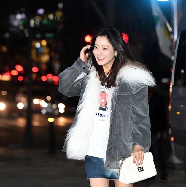 韩国女生金喜善街拍也惊艳,毛领牛仔配短裙秀美腿,不像43岁