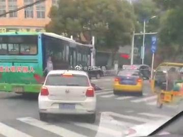 昨天上午,在丹阳西环路和水关西路交接处,发生一起交通事故……