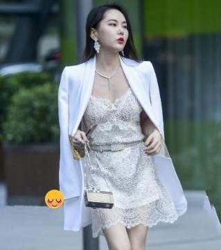 """花边礼服+白上衣,让胖女孩充满青春活力,展现""""苗条""""身材"""