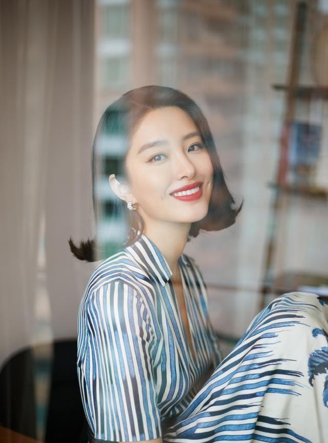 杨采钰真是美人如玉,穿蓝色条纹印花连衣裙清新优雅很知性,很酷