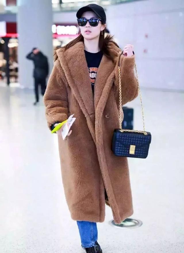 李若彤要把泰迪熊大衣穿火了,这样穿保暖时髦,中年女人太合适了
