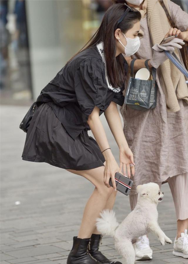 黑色短袖+百褶裙,让苗条的女生更加时尚,尽显调皮可爱的气质