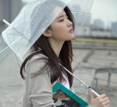 刘亦菲28岁时写真,披着黑色长发,女神范儿十足。