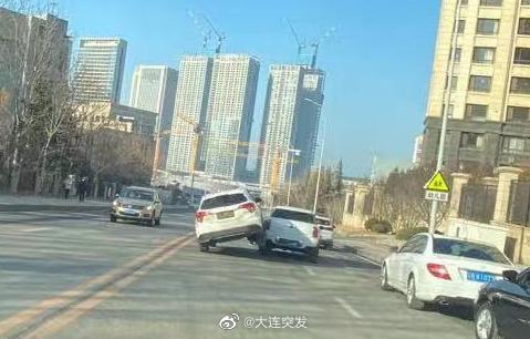 26日下午网友爆料,大连东港第西门,撞了……这……