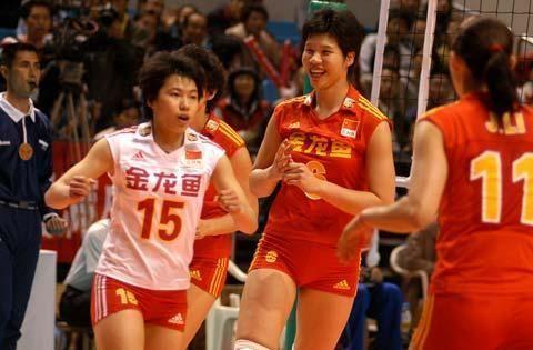 1.68米女排名将夹在陈导和郎平之间,奥运赛点急中生智出脚