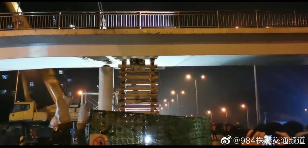 加班加点连夜抢修 东环线人行天桥吊装复位提前完工……