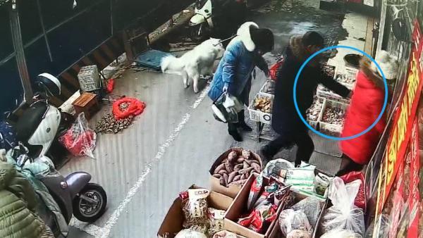 监拍吸毒男菜市场数秒偷走手机,警方抓获