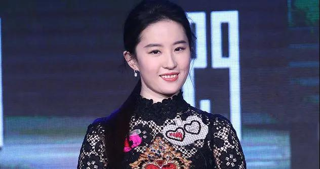 刘亦菲带点肉感身材太高级,穿蕾丝连衣裙扎马尾,女人味藏不住
