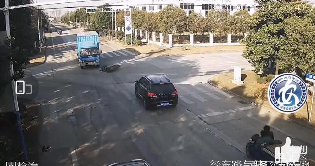 芜湖一男子骑车摔倒却坚称被货车撞 民警调监控还真相