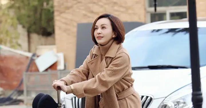 50岁的王琳真是冻龄女神,穿驼色大衣内搭针织衫,减龄又洋气