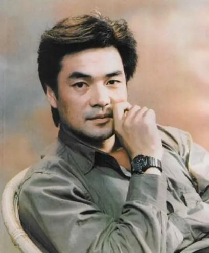 2001年,尤勇在后海与小他10来岁的沈蓉相亲,他主动跟对方交底