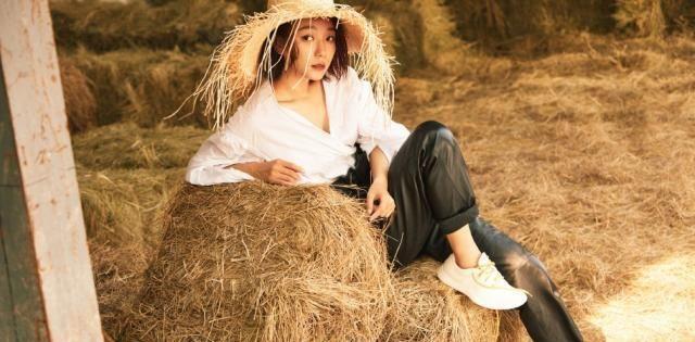 王珞丹衬衫配裙裤性感优雅,戴个破烂草帽个性十足,却美成了少女