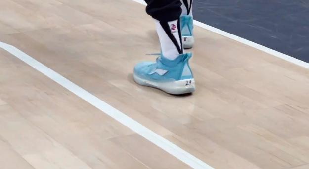 张镇麟在球鞋上手写24和8,缅怀偶像科比和吉安娜
