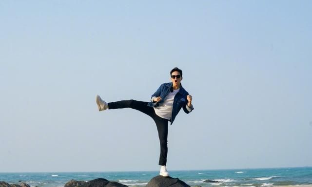 邓超海边礁石上摆金鸡独立 张艺凡说因为身高头疼过