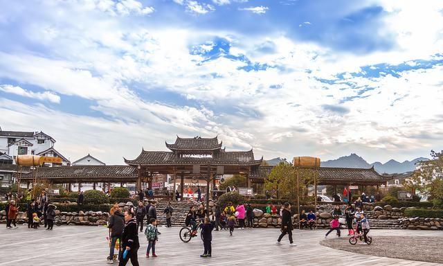 贵州朗德上寨,寨子只有百户人家,建筑却是全国重点文物保护单位