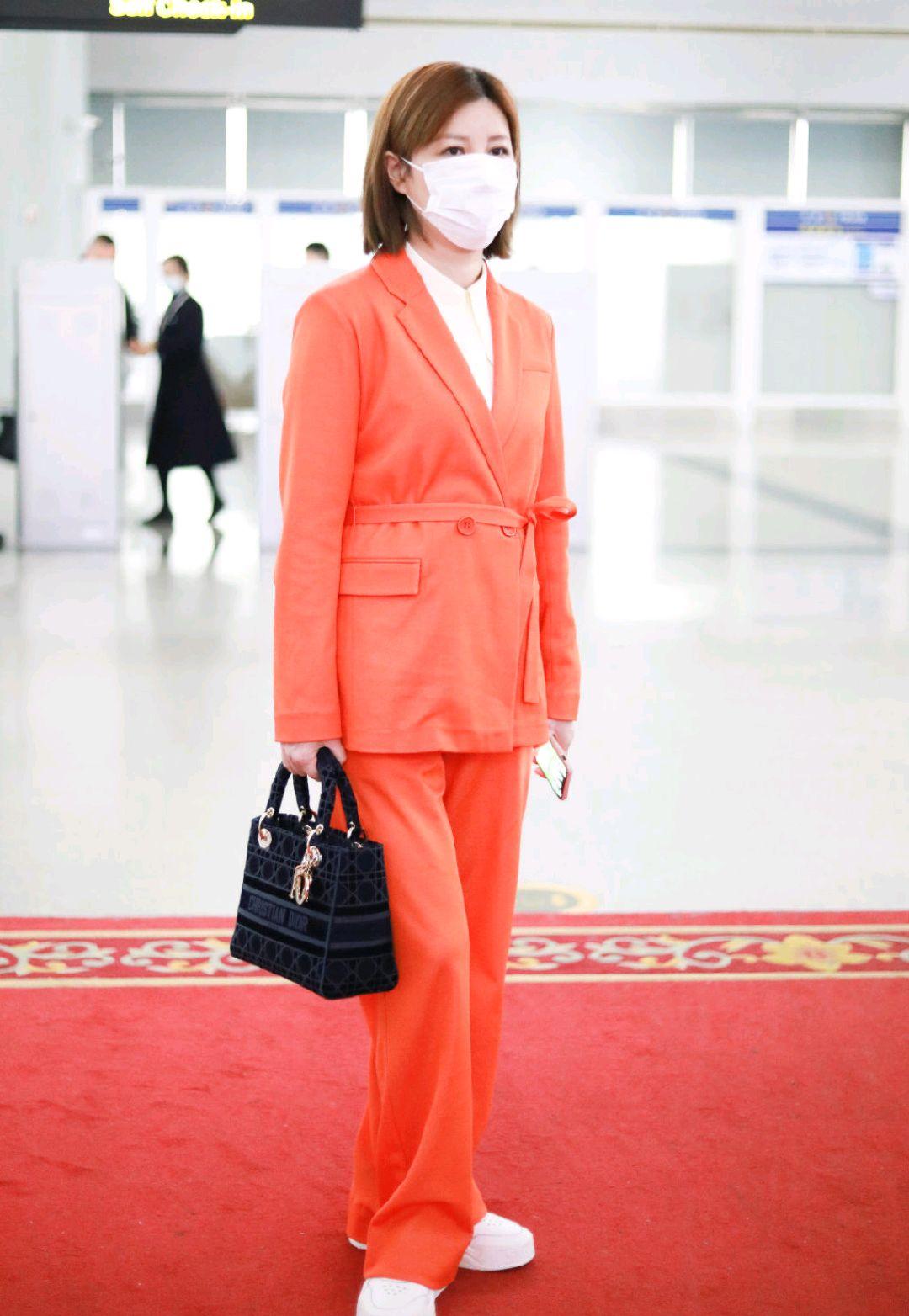 """杜华""""企业家风范""""太足,一身橘红色西服外套干练霸气,潇洒利落"""