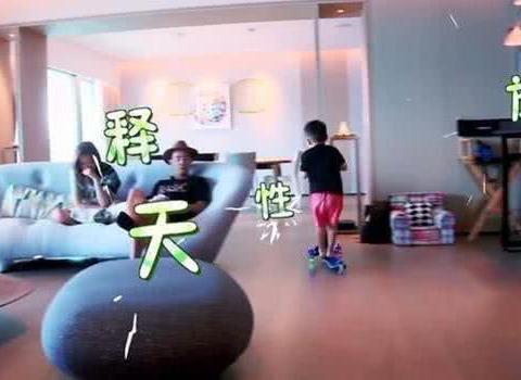 客厅大到可以玩滑板,陈小春应采儿豪宅首次公开