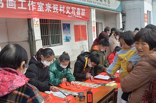 溧阳市慈善总会和蒋雪莲书画工作室举办送春联活动